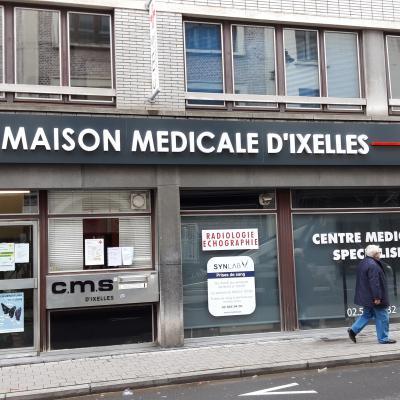 Enseigne et croix de pharmacie - Maison médicale d'Ixelles