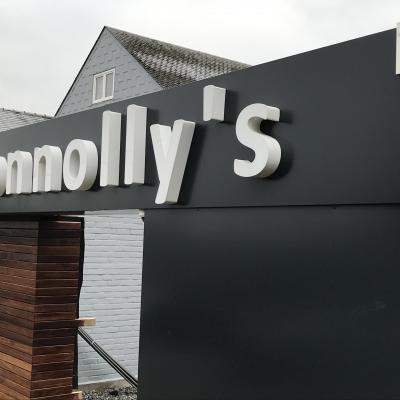 Panneaux sur façade Connoly's
