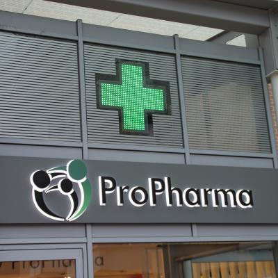 Enseigne et croix de pharmacie Propharma Louvain-La-Neuve